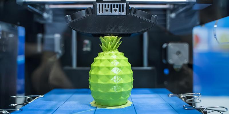 una piña imprimiéndose con una máquina 3D